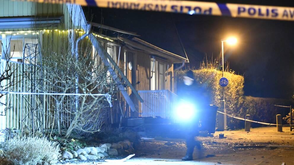 Polisband framför sprängt hus i Ramlösa