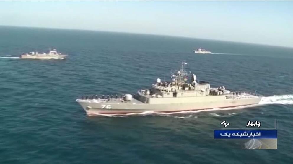 En skärmdump när Irans statligt kontrollerade tv visar den iransk-rysk-kinesiska militärövningen i Indiska oceanen och Omanbukten. Bilden uppges föreställa Irans fregatt Jamaran.