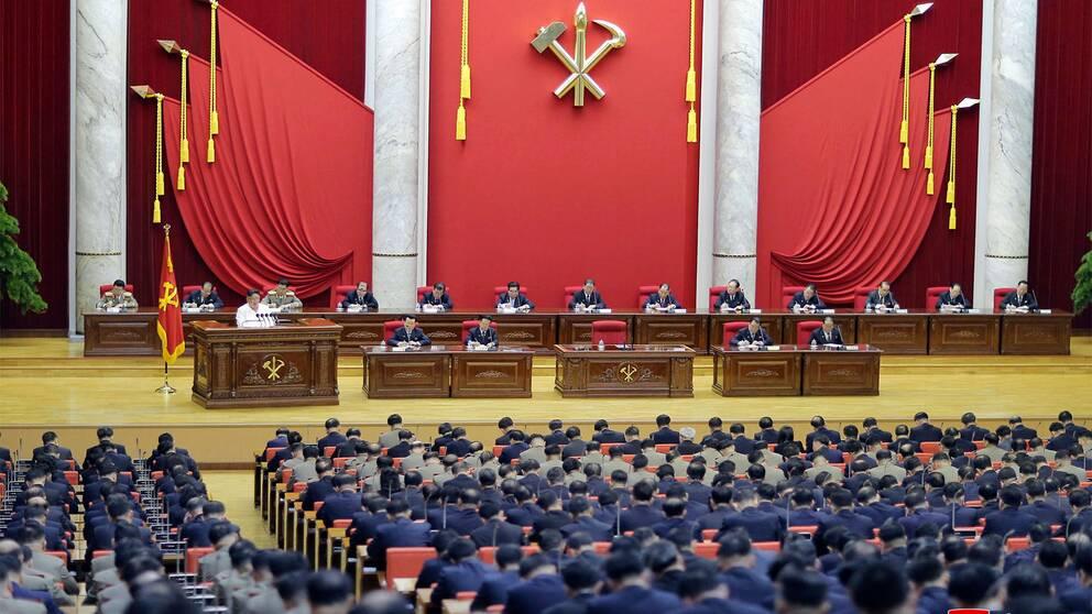 Nordkoreas ledare Kim Jong Un (vitt till vänster) talar inför centralkommittén i Pyongyang den 29 december 2019.