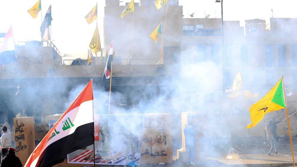De proiranska demonstranterna fortsätter att protestera utanför den amerikanska ambassaden i Bagdad, Irak på nyårsdagen.