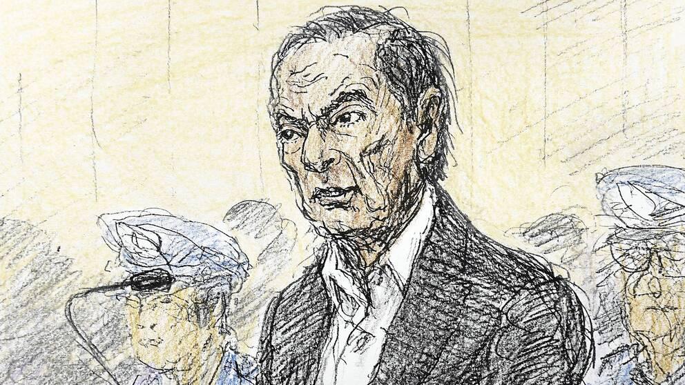 Carlos Ghosn spenderade mer än 100 dagar i fängelse innan rätten gick med på att låta honom betala borgen och fram till sin flykt levde mångmiljardären med strikta regler. På teckningen syns Ghosn i domstol.