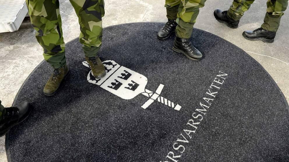 Försvarsmakten har nu inlett en undersökning om den officer som med förfalskade dokument lyckats få flera säkerhetsklassade uppdrag.