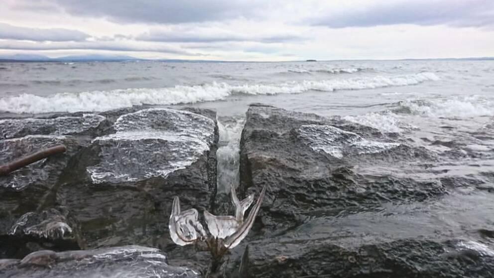 isiga stenar och vågor vid Storsjöns strand