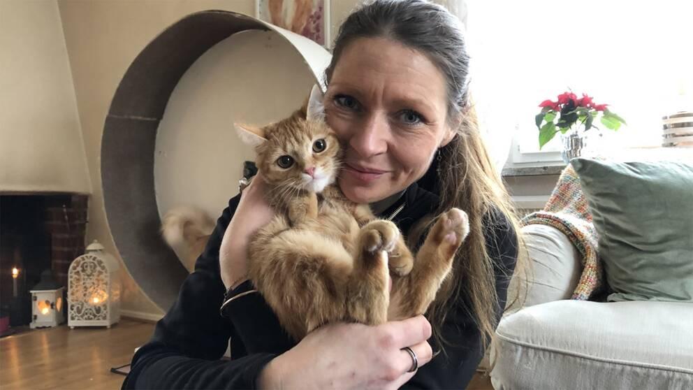 """""""Blinka tillbaka när katten blinkar mot dig"""". Det rådet ger kattuppfödaren Mikaela Johansson."""