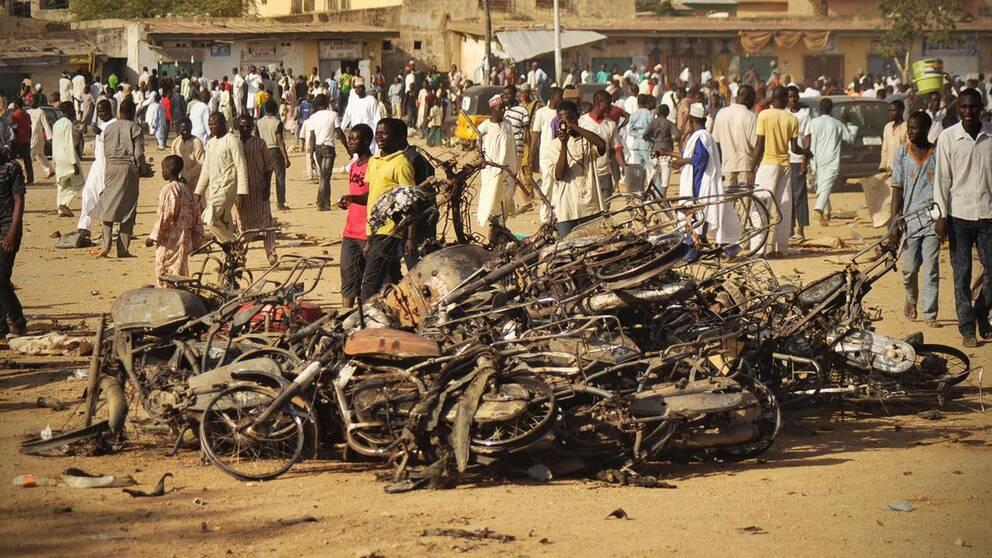 Två bomber exploderade precis när fredagsbönen inletts i Kano, Nigeria.