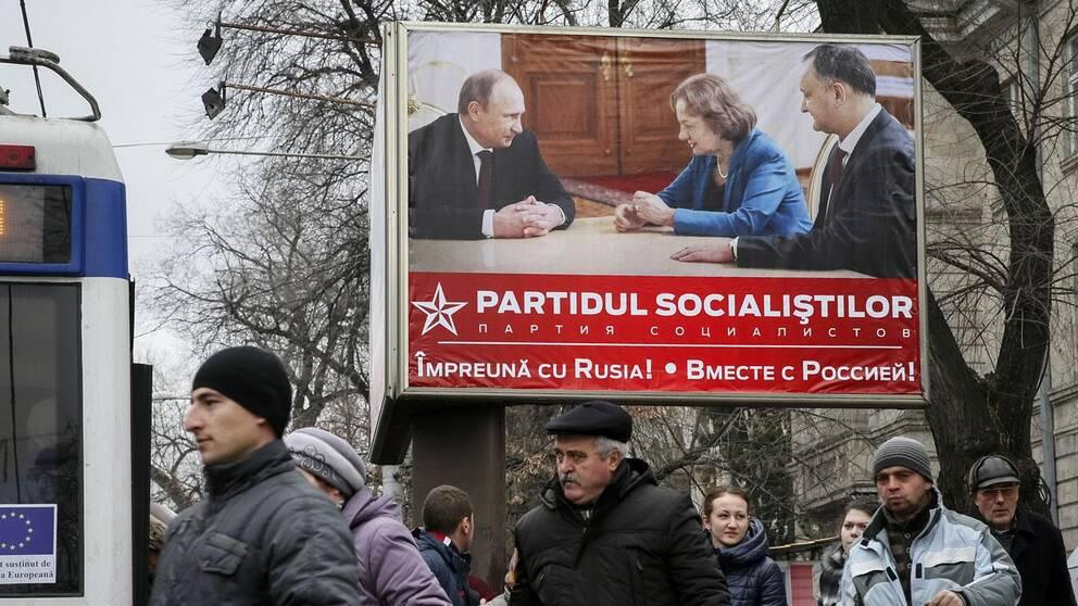 Det proryska socialistpartiets valaffisch som visar hur väl man kommer överens med president Putin.