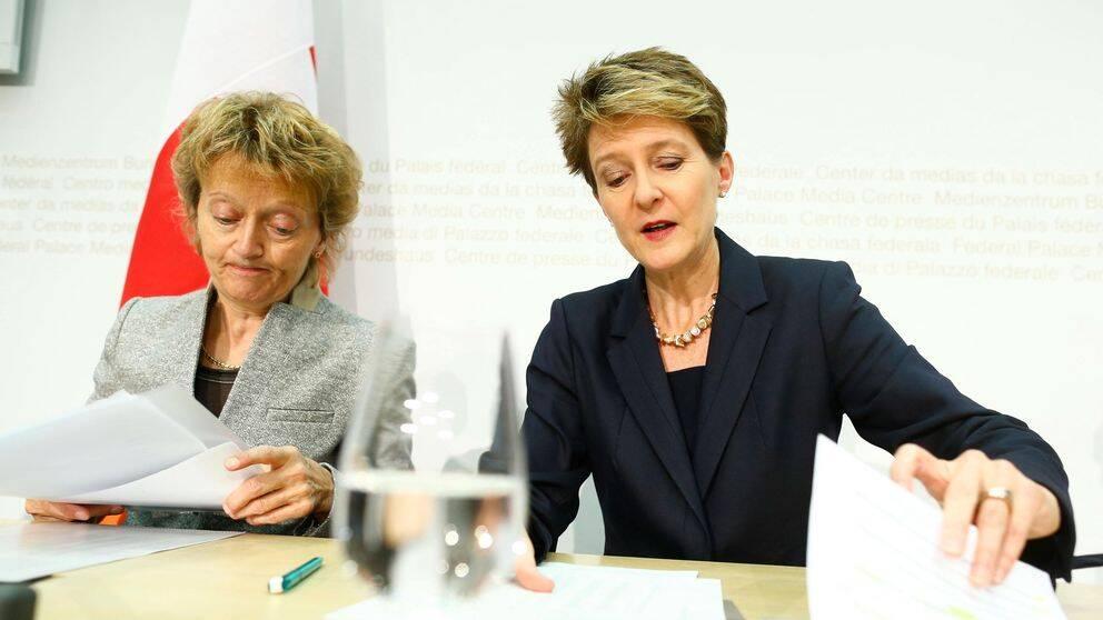 Justitieminister Simonetta Sommaruga till höger och finansminister Minister Eveline Widmer-Schlumpf på en presskonferens under söndagen. Resultatet i folkomröstningarna blev att alla förslag röstades emot med majoritet.