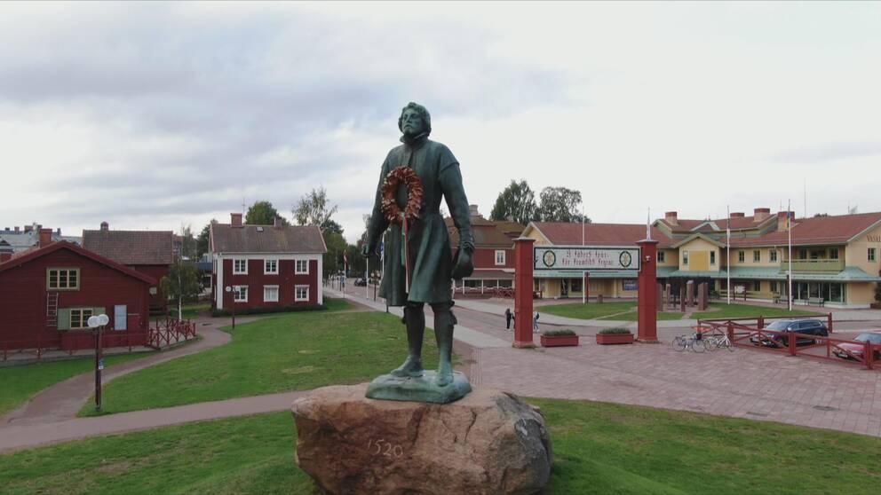 Staty av Gustav Vasa vid Vasaloppsmålet i Mora.