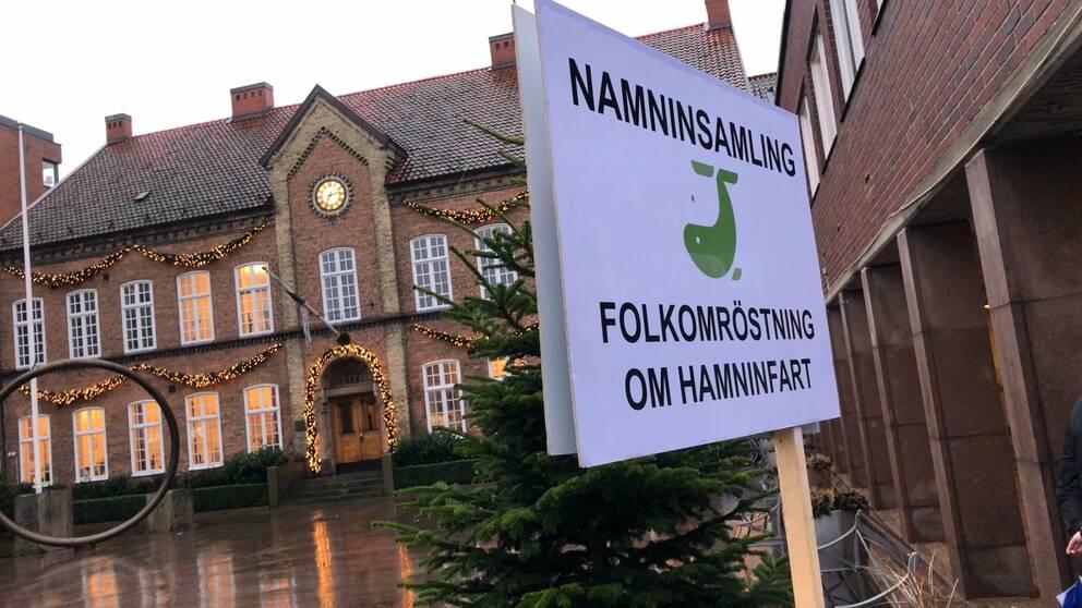 På fredagen överlämnades 4354 namnunderskrifter med krav på en folkomröstning om bygget av hamninfart till Trelleborgs hamn.