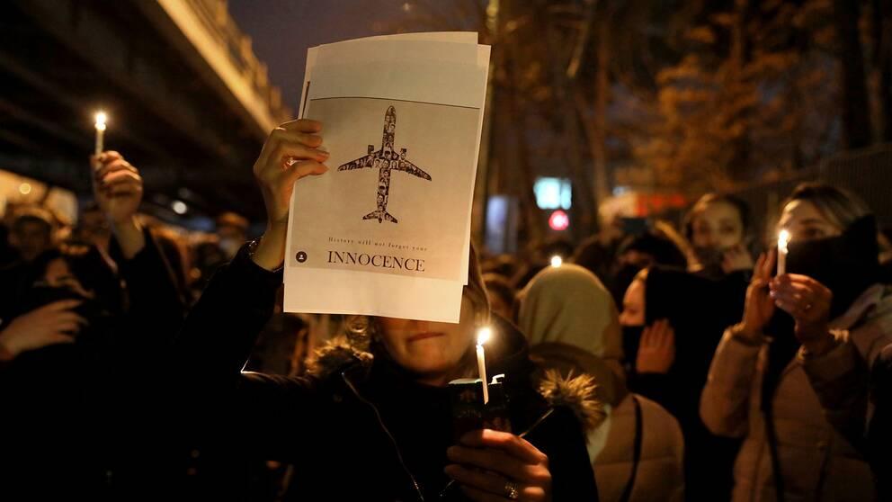 Människor samlades utanför Amri Kabir universitetet i Tehran för att minnas de 176 offren i det ukrainska passagerarflygplanet som sköts ner av Irans luftvärn.