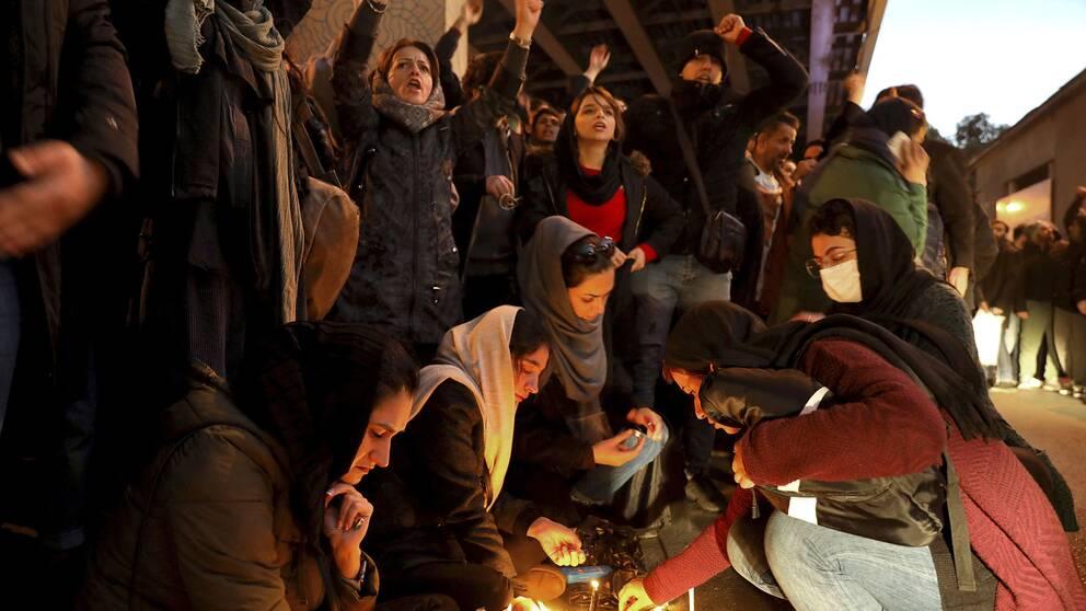 Protester utanför Amri Kabir universitetet i Teheran under lördagen.