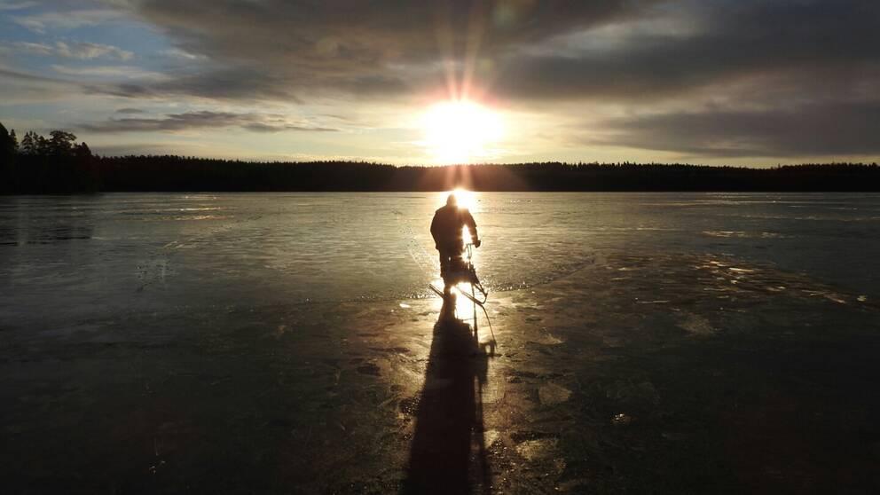 Magisk soluppgång på isen idag söndag, och abborre till middag. Hudiksvall Hälsingland.