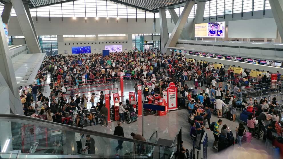 """""""Vi försökte ringa KLM hela dagen men var kö och de har lagt på luren och krånglat så till slut gick vi till deras kontor på flygplatsen och satt där några timmar. Till slut lyckades vi bråka oss till nya biljetter"""", berättar Emil Svensson. Bilden visar kaoset på Manilas flygplats."""