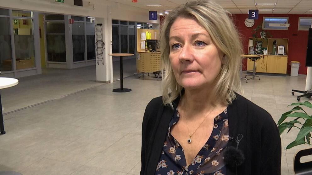 En kvinna intervjuas inne på ett annars tomt arbetsförmedlingskontor