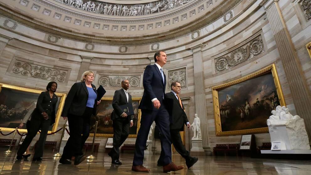 """""""Åklagarna"""" i den historiska riksrättsprocessen mot USA:s president Donald Trump är på väg till senaten för att läsa upp anklagelsepunkterna."""