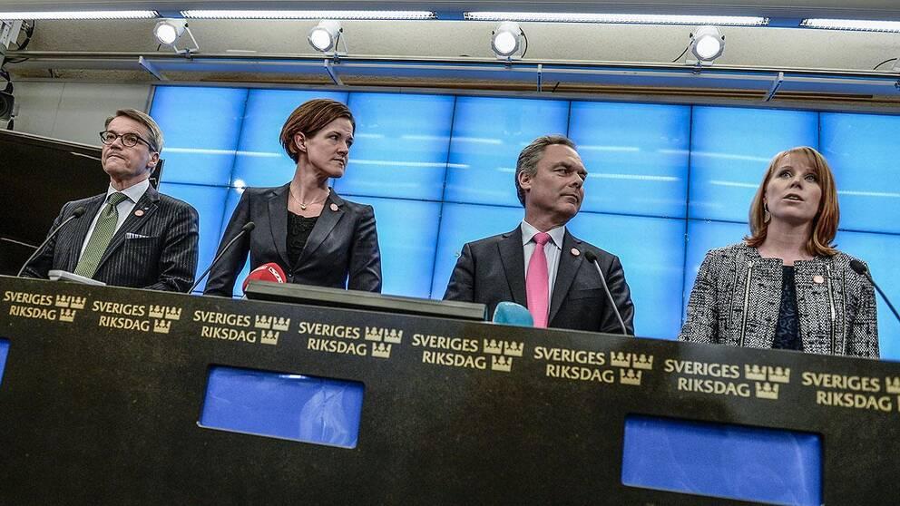 Alliansens företrädare vid en pressträff.