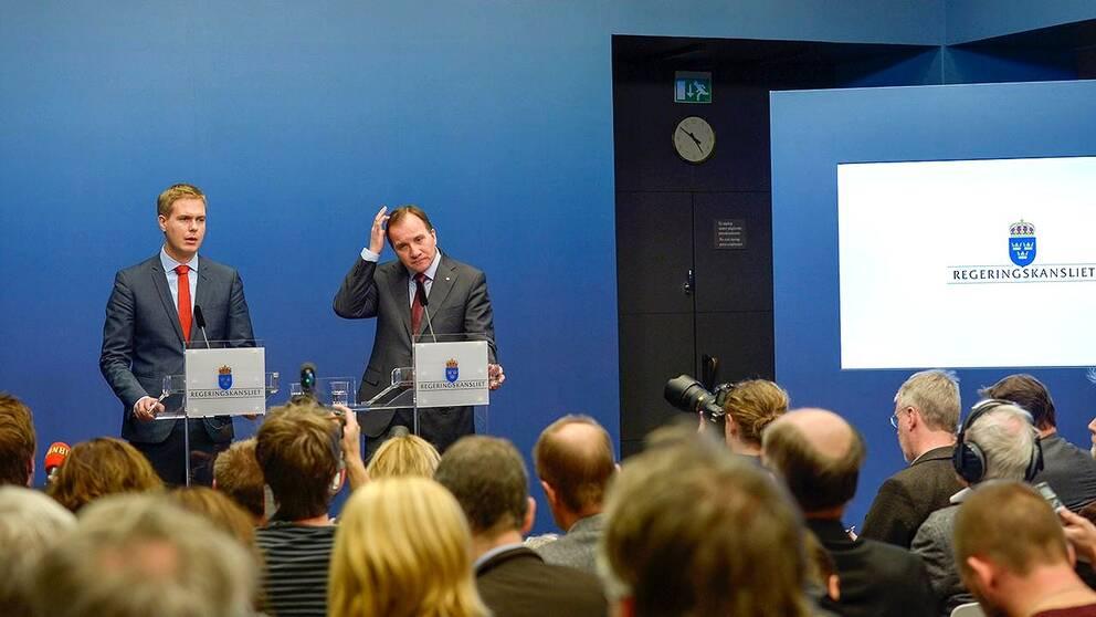 Miljöpartiets Gustav Fridolin och statsminister Stefan Löfven efter onsdagens budgetvotering.