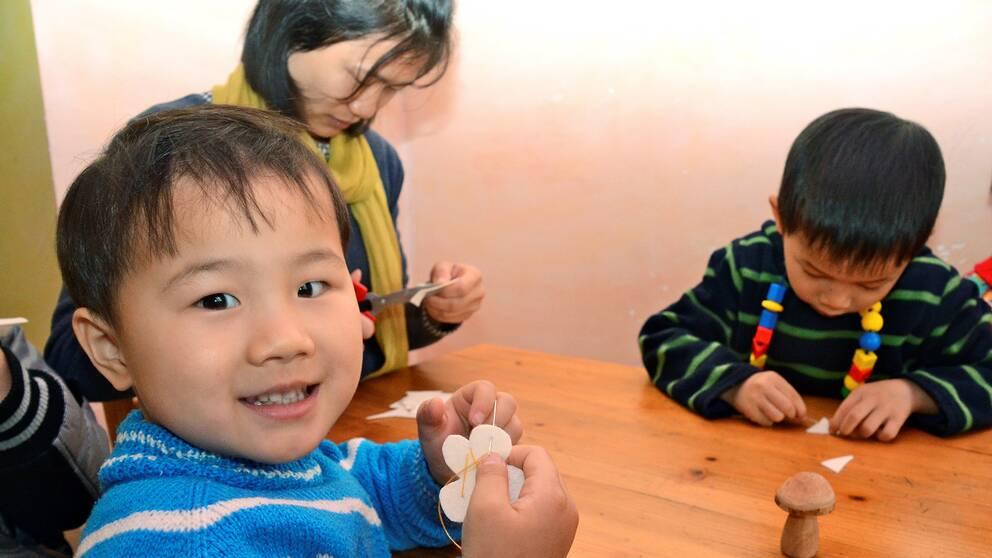 I Kina fortsätter nedgången i barnafödandet. Befolkningen ökade ändå något och uppgår nu till 1,4 miljarder invånare.