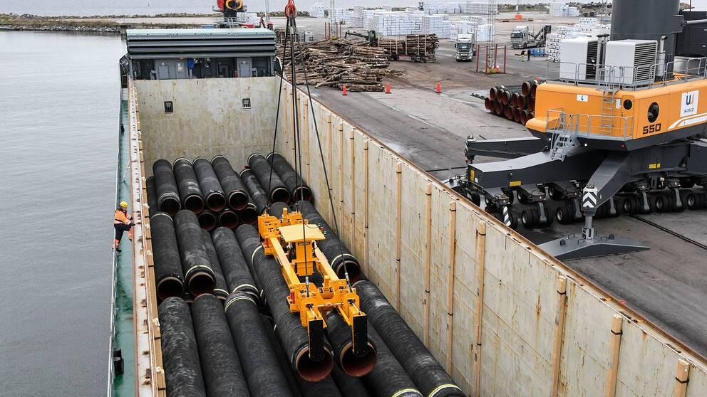 Rör till Nord Stream 2 lyfts ut ur lastutrymme på ett fartyg i hamnen i Karlshamn i oktober 2017.