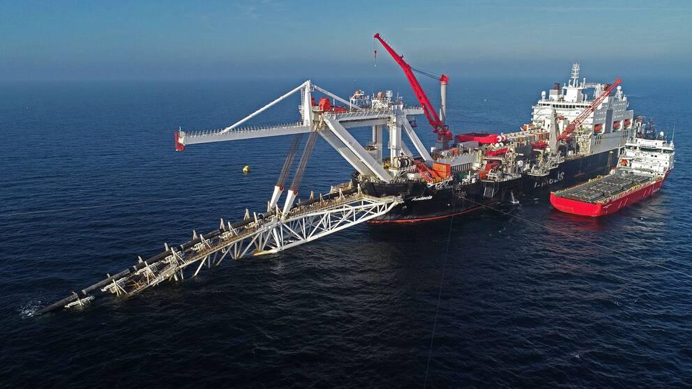 Fartyg lägger rör till Nord Stream 2 i Östersjön. Arkivbild.