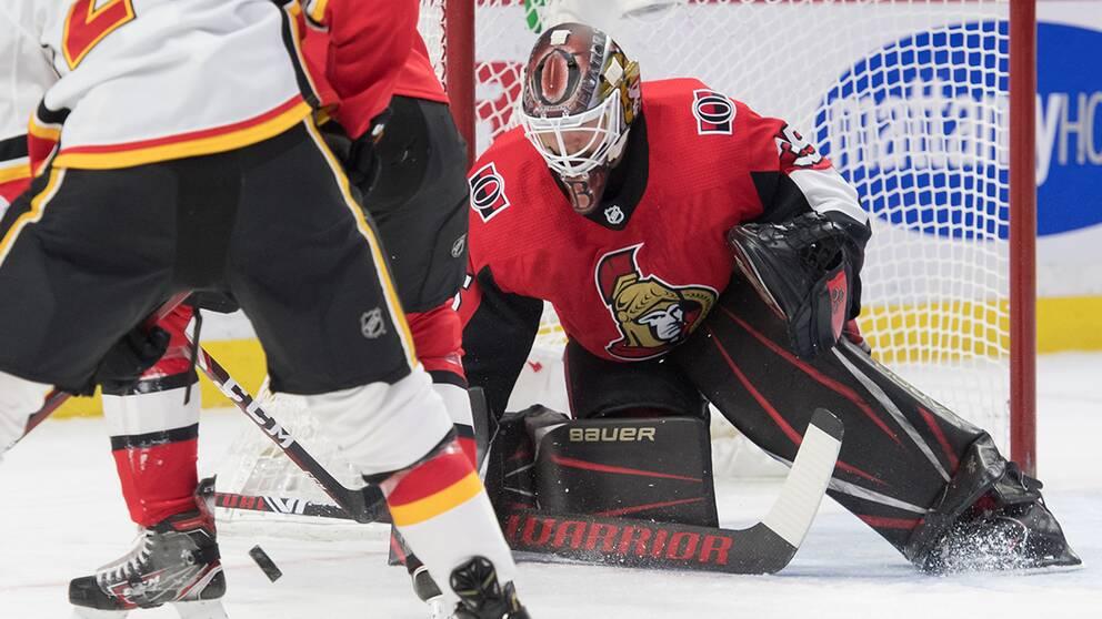 Ottawas Marcus Högberg räddar ett skott i den första perioden mot Calgary.