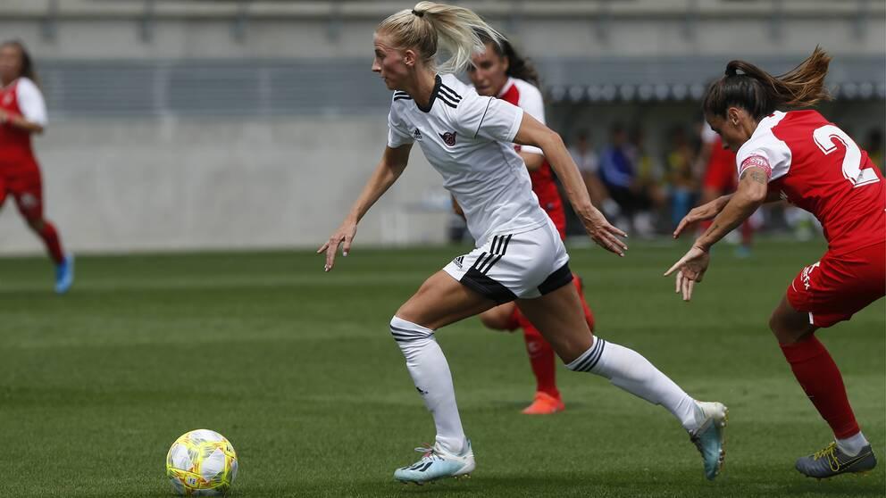 Sofia Jakobsson i CD Tacon dribblar förbi två Sevilla-spelare.