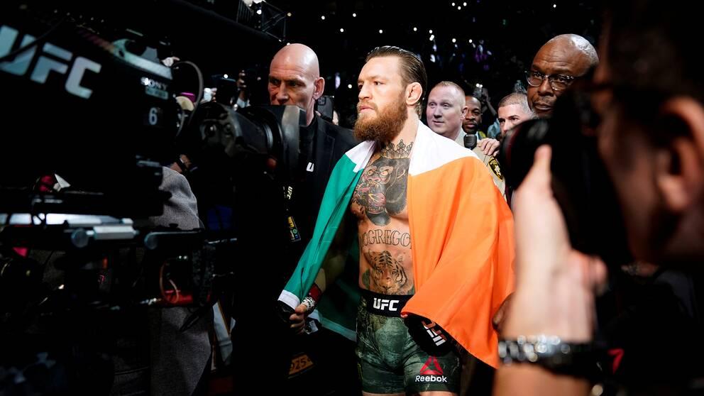 """Conor McGregor på väg till UFC-oktagonen för match mot veteranen Donald """"Cowboy"""" Cerrone."""