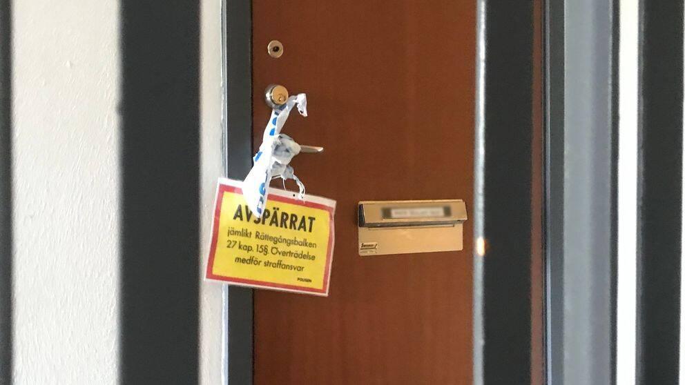 Den avspärrade lägenheten där det misstänkta mordet tros ha skett.
