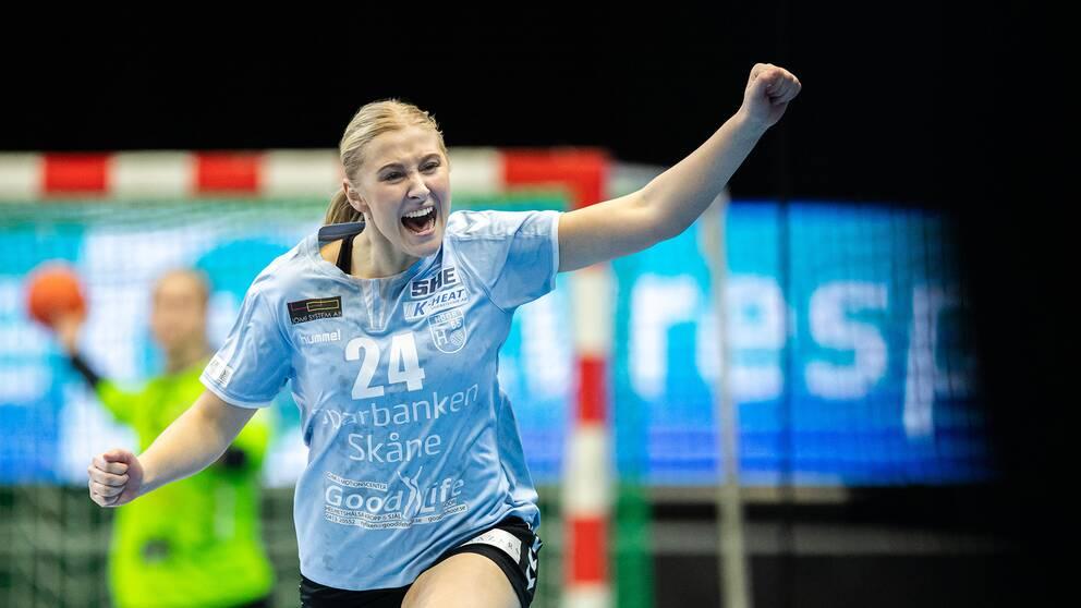 Ida Gullberg jublar efter bortasegern mot Sävehof.