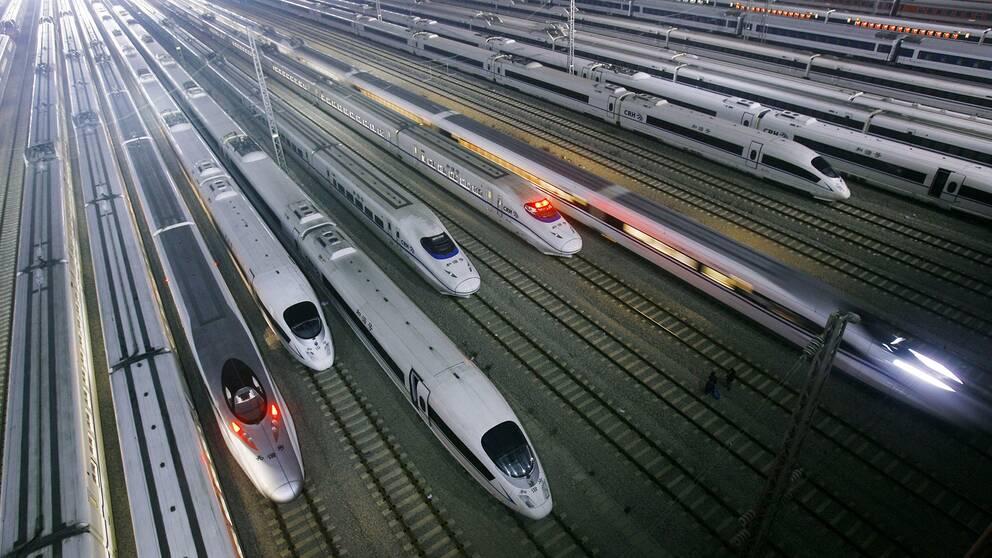 Statens planering inför en eventuell höghastighetsbana i Sverige har flera brister, konstaterar Riksrevisionen i en ny granskning. Här syns snabbtåg i staden Wuhan i Hubei-provinsen, Kina.