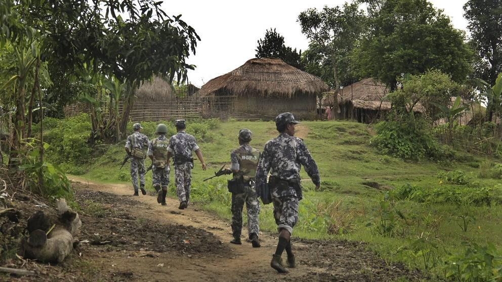 Myanmarisk gränspolis visar journalister genom djungeln 2017 till en by som gömmer muslimska terrorister enligt myndigheterna.