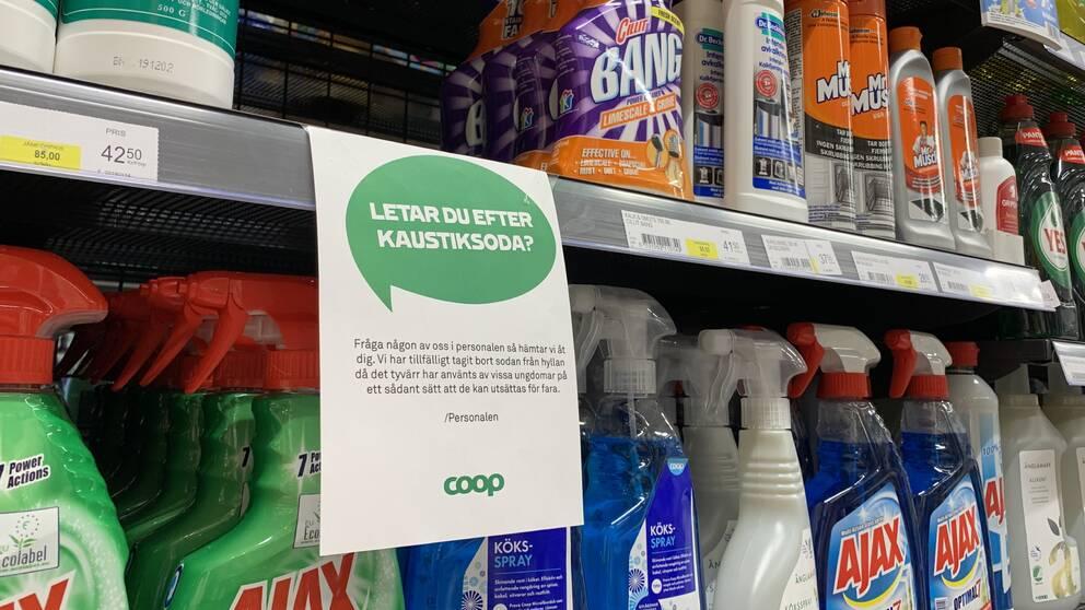 Hylla i butik med olika rengöringsprodukter och en lapp om att en av produkterna plockats bort.