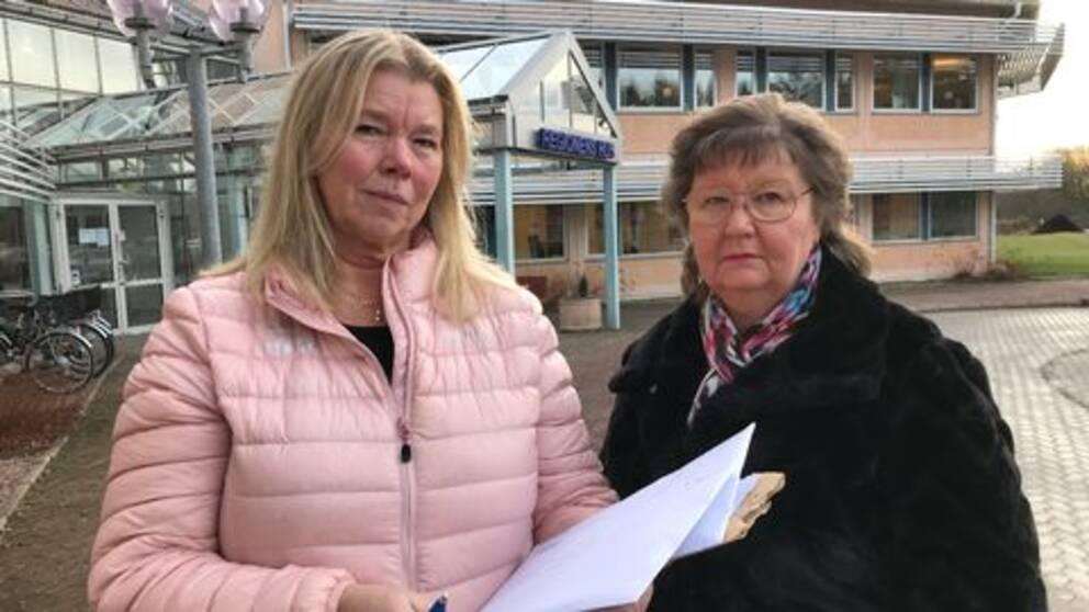 Undersköterskorna Bente Hermanrud och Britt-Marie Rylander lämnade idag ett protestbrev och namnunderskrifter till regionledningen. .De står utanför Regionens hus