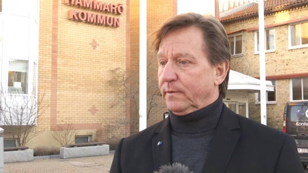 Man i kavaj står framför Hammarö kommunhus.