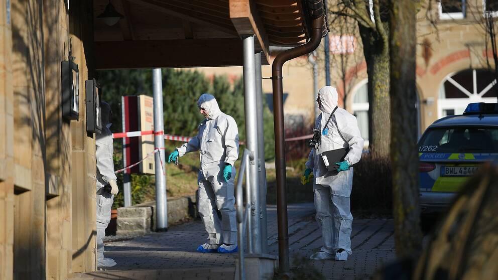 Polisens tekniker vid den krog där skjutningen inträffade.