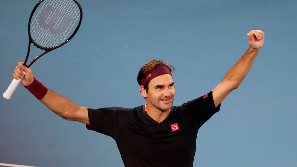 Roger Federer pustar ut efter att ha vunnit den dramatiska matchen.