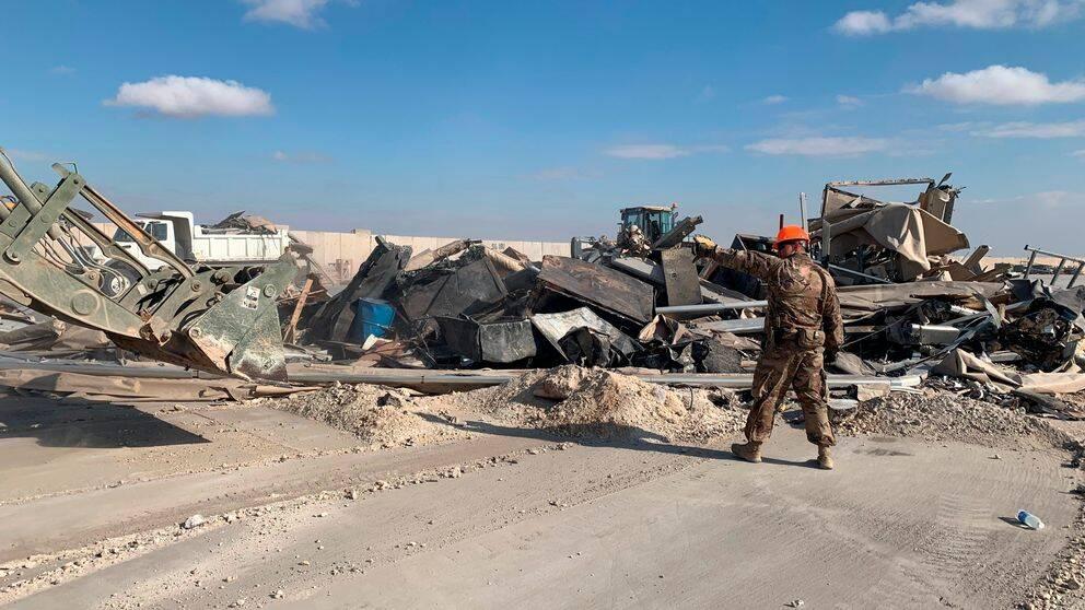 Bråte rensas undan efter attacken mot flygbasen Ain al-Asad.
