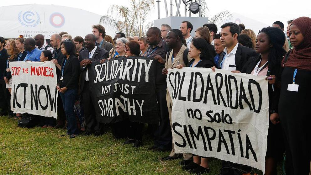 Delegater från hundratals länder höll två tysta minuter utanför klimatmötet i Lima.
