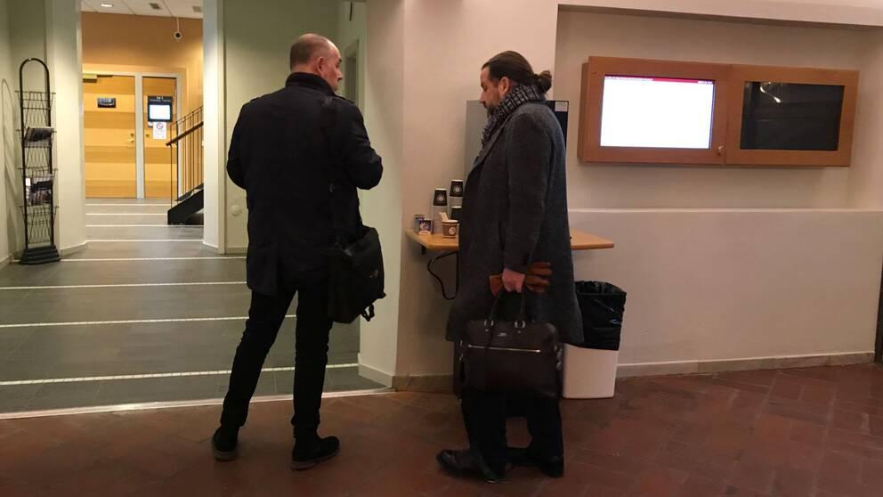 Anders Jansson och hans advokat är på väg in till rättssalen.