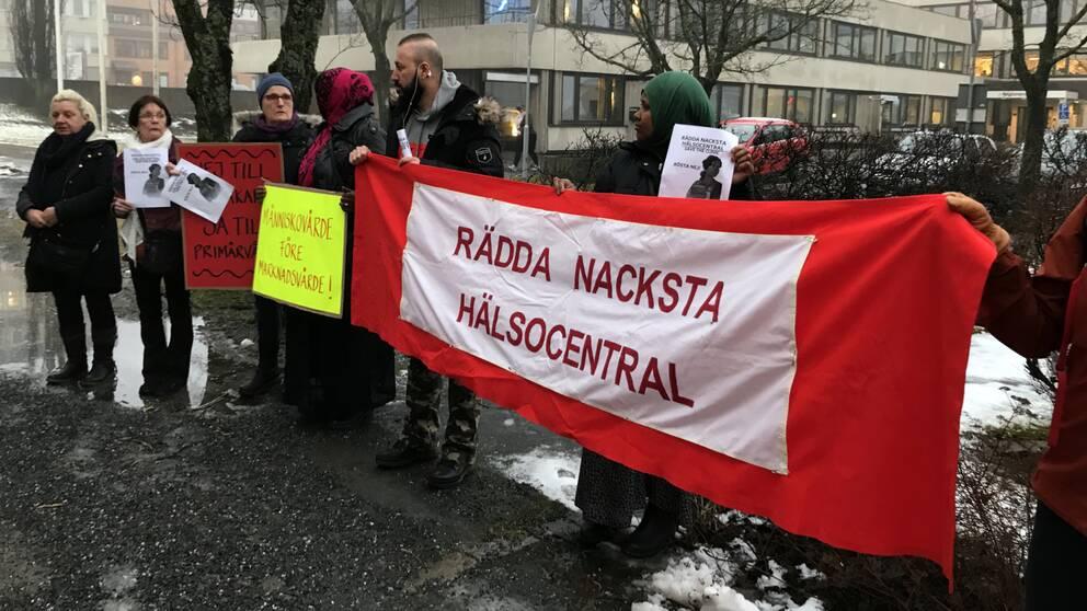 Protester inför Hälso- och sjukvårdsnämndens sammanträde i Härnösand.