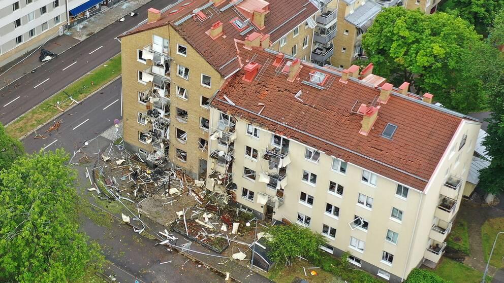"""En drönarbild visar förödelsen efter sprängdådet i Linköping den 7 juni 2019, en händelse som beskrivs som ett av de värsta sprängdåden i Sverige de senaste 20 åren – och som misstänks ha riktats mot mc-gänget No Surrender. Amir Rostami vill dock inte beskriva den senaste tidens händelser som ett nytt mc-krig: """"Det ger fel associationer till 90-talet, den utvecklingen har vi inte idag. Men att mc-gäng ligger i konflikt med varandra är mer eller mindre något som pågår kontinuerligt"""", säger han."""