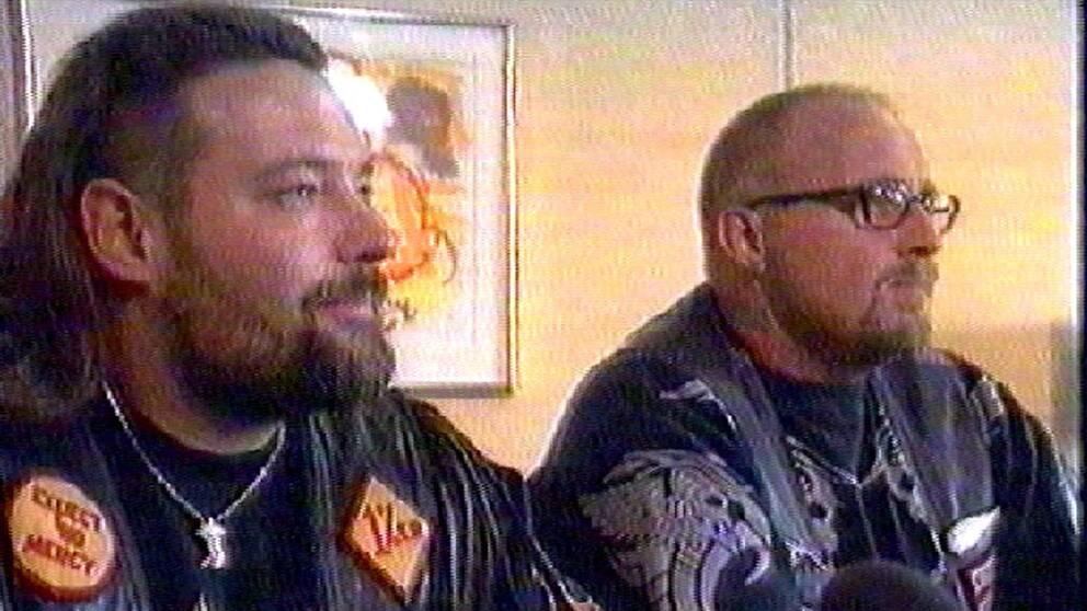"""Den 25 september 1997 skakar Bandidos Jim Tinndahn och Hells Angels Bent """"Blondie"""" Svane Nielsen hand i dansk tv. Därmed blir det fred i det stora nordiska mc-kriget."""