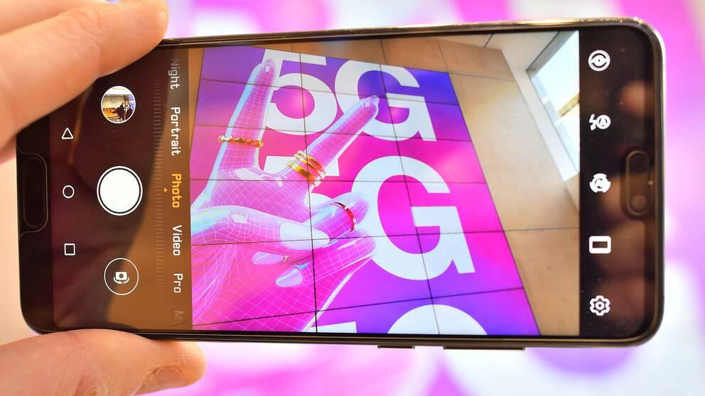 En mobil som visar 5G.