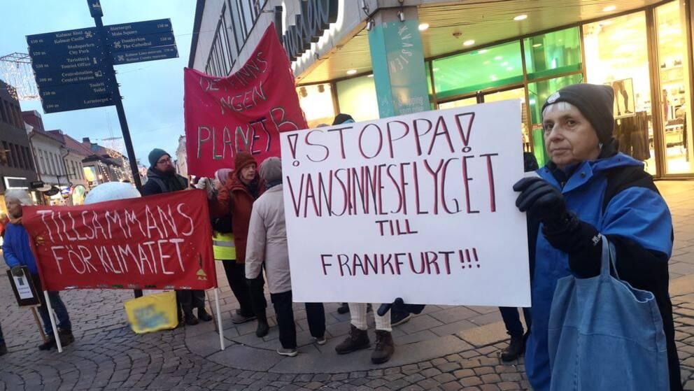 Klimatrörelsen Fridays for future i Kalmar protesterar mot Region Kalmars planer att gå in som delägare i flygplatsen i Kalmar. De befarar att syftet med köpet är att starta fler flyglinjer.