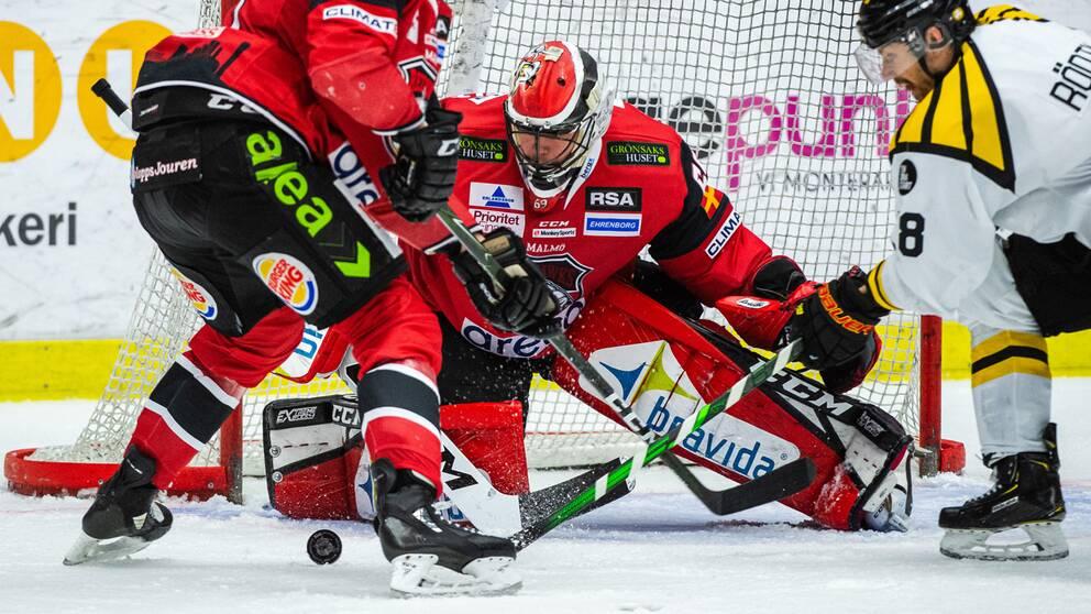 Malmös målvakt Oscar Alsenfelt stoppar ett skott.