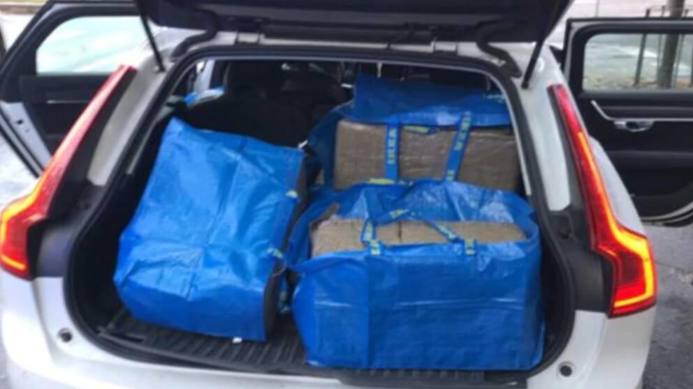 I bagaget på den här bilen hittades stora påsar med sammanlagt 251 kilo cannabis.