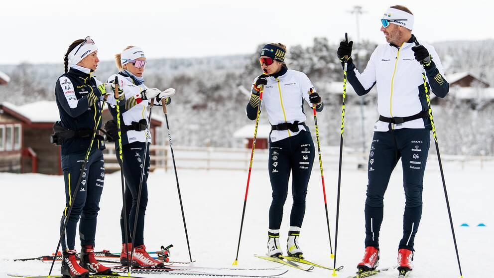 Charlotte Kalla, Lisa Vinsa, Evelina Settlin och tränaren Magnus Ingesson (arkivbild).