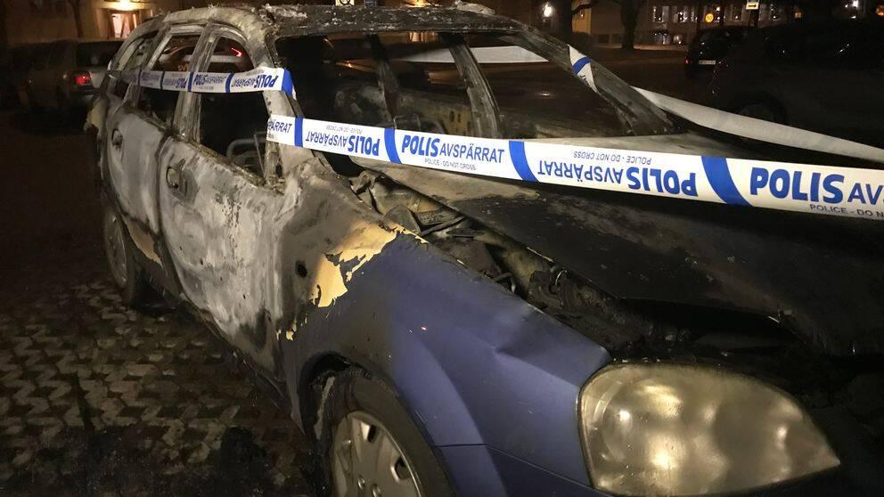 En eldhärjad blå bil.