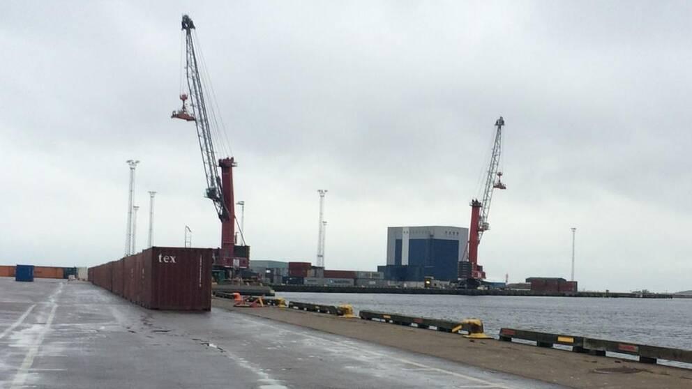 Containrar står uppradade i hamnen.