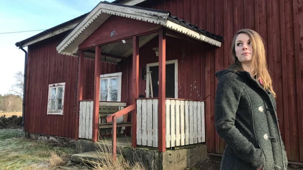 Ida Karlsson Lalander är projektkoordinator för Lev din dröm-satsningen i Hylte kommun. Här står hon framför en släktgård från tidigt 1900-tal som ska rustas upp och få nya boende.